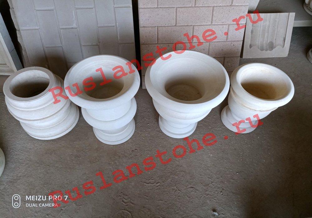 watermarked P80412 141239 - Тумбы и декор